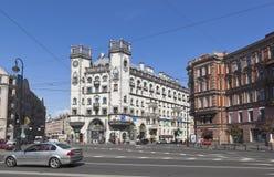 Bereich von Leo Tolstoy und von Gebäude Andrei Mironov Theaters in St Petersburg lizenzfreies stockbild