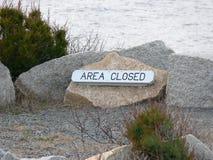 Bereichs-geschlossenes Zeichen auf einem Ozean-Gehweg Stockfotografie