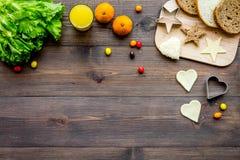 Bereid gezond ontbijt voor kinderen voor Groenten, sandwiches en vruchten Donkere houten hoogste mening als achtergrond copyspace royalty-vrije stock afbeelding