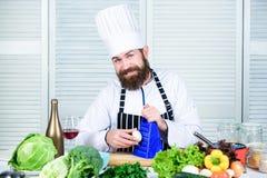 Bereid ingrediënten voor het koken voor Mensen hoofdchef-kok of amateur die gezond voedsel koken Nuttig voor significant bedrag v stock afbeeldingen