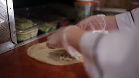 Bereid shawarma voor, snijd de stukjegroenten voor shawarma stock video