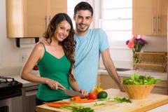 Bereidt het mooie paar van huischef-koks gelukkige gezonde voeding gebaseerde laag voor - caloriemaaltijd Royalty-vrije Stock Afbeelding