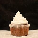 Bereifender kleiner Kuchen mit Sahne Lizenzfreies Stockfoto