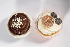 Bereifte und Weiß bereifte kleine Kuchen der Schokolade Stockfoto