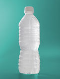 Bereifte Wasserflasche auf Grün Stockfotografie