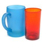Bereifter blauer Glasbecher und roter Glasbecher Stockfoto