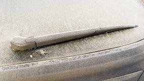 Bereifter und gefrorener Auto-Scheibenwischer Stockbild