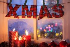 Bereiftes Fenster mit Weihnachtsdekoration stockfotografie