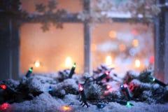 Bereiftes Fenster mit Weihnachtsdekoration Stockbild