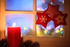 Bereiftes Fenster mit Weihnachtsdekoration lizenzfreie stockfotos