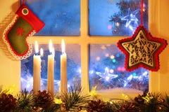 Bereiftes Fenster mit Weihnachtsdekoration lizenzfreie stockbilder