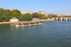 Bereisen Sie Boot nahe Pont Neuf und Ile de la Cite in Paris, Frankreich Lizenzfreie Stockfotografie
