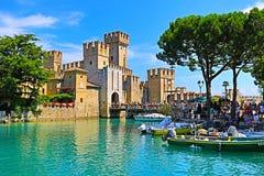 Bereisen Sie Boote im See Garda und in Scaligero-Schloss Sirmione-Stadt Italien lizenzfreie stockfotografie