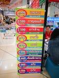Bereisen Sie die Agentur, welche die Listen des Ausflugprogramms in Thailand, Bild am Ausstellungsstand zeigt stockfotos