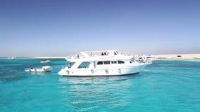Bereisen Sie die Boote, die nahe bei Paradiesinsel im Roten Meer, Ägypten verankert werden stock video footage