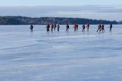 Bereisen Sie Schlittschuhläufergruppe auf glattem Eis Stockfotos