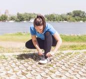 Bereite Übung der Eignungs-sportliche jungen Frau lizenzfreie stockbilder