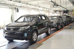 Bereite Autos stehen auf der Fördererlinie der Montagewerkstatt Automobi Lizenzfreies Stockfoto