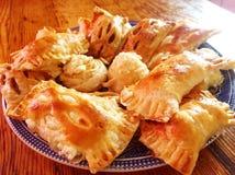Bereite Kuchen des Spaßes Blätterteig auf einer Platte stockfoto