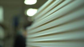 Bereite Sockel in einem Lager Abschluss oben Natürliche Beleuchtung Leiten durch die Kamera Produktion von Sockeln stock footage