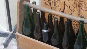 Bereiten Sie alte Glasflasche im hölzernen Kasten auf stock video footage