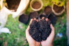 Bereiten Sie Boden für das Pflanzen von Bäumen vor Lizenzfreie Stockbilder