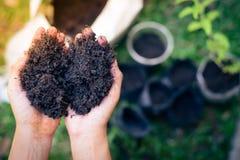 Bereiten Sie Boden für das Pflanzen von Bäumen vor Lizenzfreie Stockfotografie