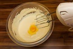 Bereiten Sie den Teig vom Mehl und von den Eiern zu Stockfoto