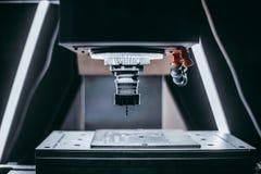 Bereiten Sie für Fräsmaschine Arbeit CNC vor stockbild