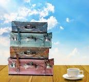 Bereiten Sie für Reise im Morgenkonzept, alte Reisetasche und Kaffeetasse vor Stockfoto