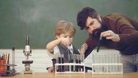 Bereiten Sie f?r Schule vor Chemie das Wissenschafts-Klassenzimmer Gl?cklicher kleiner Wissenschaftler, der Experiment mit Reagen stock video