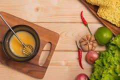 Bereiten Sie Frühstück von den Eiern zu Gepeitschte Eier auf Holztisch Stockbilder