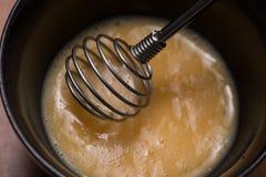 Bereiten Sie Frühstück von den Eiern zu Gepeitschte Eier auf Holztisch Lizenzfreie Stockfotografie