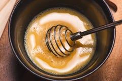 Bereiten Sie Frühstück von den Eiern zu Gepeitschte Eier auf Holztisch Stockbild