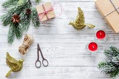 Bereiten Sie neues Jahr und Weihnachten 2018 Geschenke in den Kästen auf hölzernem Hintergrundspitze veiw Modell vor lizenzfreies stockbild