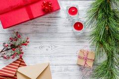 Bereiten Sie neues Jahr und Weihnachten 2018 Geschenke in den Kästen und Umschläge auf hölzernem Hintergrundspitze veiw Modell vo Stockfotografie