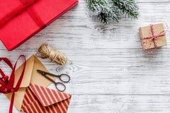 Bereiten Sie neues Jahr und Weihnachten 2018 Geschenke in den Kästen und Umschläge auf hölzernem Hintergrundspitze veiw Modell vo Lizenzfreie Stockfotografie