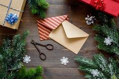 Bereiten Sie neues Jahr und Weihnachten 2018 Geschenke in den Kästen und Umschläge auf hölzernem Hintergrundspitze veiw vor Lizenzfreie Stockfotografie