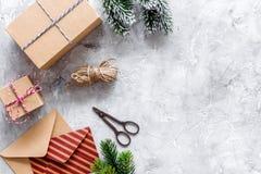 Bereiten Sie neues Jahr und Weihnachten 2018 Geschenke in den Kästen und Umschläge auf Steinhintergrundspitze veiw Modell vor Lizenzfreie Stockbilder