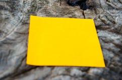 Bereiten Sie Papier auf altem Baum auf Stockbild