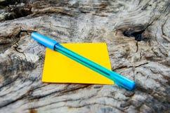 Bereiten Sie Papier mit Stift auf altem Baum auf Lizenzfreie Stockbilder