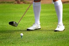 Bereiten Sie vor, um einen Golfball anzutreiben Stockfoto