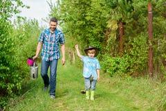 Bereiten Sie vor, um zu arbeiten Vater und Sohn im Cowboyhut auf Ranch Eco-Bauernhof kleiner Jungenkinderhilfsvater bei der Landw stockfotos