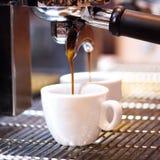 Bereitet Espresso in seiner Kaffeestube zu; Nahaufnahme Stockfoto