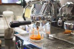 Bereitet Milchtee in der Kaffeestube zu stockfoto
