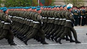 Bereits mehr als 40 Jahre verstrichen vom Tag des Sieges über Faschismus, und Leute kommen jedoch zu den Denkmälern des Kampf-Ruh