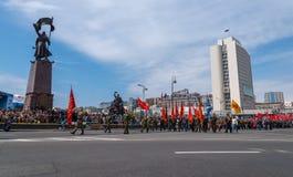 Bereits mehr als 40 Jahre verstrichen vom Tag des Sieges über Faschismus, und Leute kommen jedoch zu den Denkmälern des Kampf-Ruh Stockfotos
