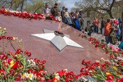 Bereits mehr als 40 Jahre verstrichen vom Tag des Sieges über Faschismus, und Leute kommen jedoch zu den Denkmälern des Kampf-Ruh Stockbild
