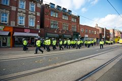 Bereitschaftspolizei, die entlang Weststraße nach einem Protest geht Lizenzfreies Stockbild