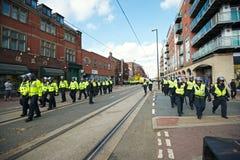 Bereitschaftspolizei, die zu ihren Fahrzeugen nach dem Protest zurückkommt Stockbild